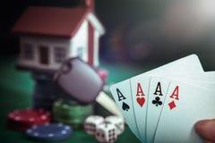 Quattro carte degli assi in mano del giocatore di poker Immagini Stock Libere da Diritti