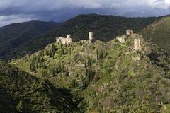 Quattro castelli di Lastours sulle colline fotografia stock libera da diritti