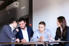 Quattro colleghi dell'uomo e della donna si riuniscono per la riunione all'ufficio di Fotografia Stock Libera da Diritti