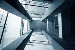 Quattro colonne rettangolari, scale con metallo cromano l'inferriata, prospettiva astratta nel architectur Fotografie Stock Libere da Diritti