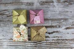 Quattro contenitori di regalo, fatti di carta Fotografia Stock