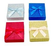 Quattro contenitori di regalo variopinti di Natale Fotografie Stock Libere da Diritti
