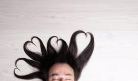Quattro cuori di capelli sopra il ` s dell'uomo si dirigono fotografie stock