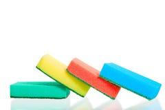 Quattro di spugne colorate multi su bianco Immagini Stock