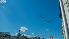 Quattro elicotteri da combattimento che sorvolano la città fotografia stock