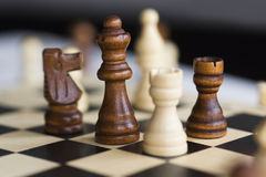 Quattro figurine di scacchi - corvo, cavallo, elefante - sulla scacchiera in bianco e nero immagini stock libere da diritti