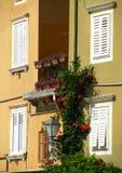 Quattro finestre mediterranee bianche Immagini Stock