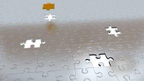 Quattro fori bianchi nel puzzle collega il pavimento con un pezzo dell'oro soprattutto altro Fotografie Stock Libere da Diritti