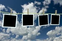 Quattro foto pulite che appendono su un cavo. Immagine Stock