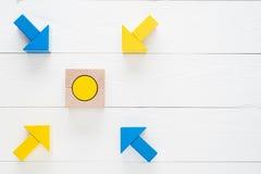 Quattro frecce di legno convergono verso l'obiettivo concentrare Fotografia Stock
