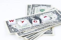 Quattro frugano le mattonelle disposte sopra le banconote in dollari Fotografia Stock