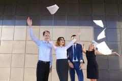 Quattro giovani affascinanti, due donne e due studenti degli uomini, entr Fotografia Stock Libera da Diritti