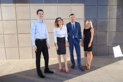 Quattro giovani affascinanti, due donne e due studenti degli uomini, entr Immagine Stock