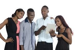 Quattro giovani africani con divertiresi del PC della compressa Fotografie Stock Libere da Diritti