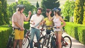 Quattro giovani amici che hanno resto in parco stock footage