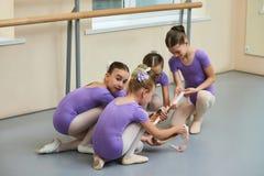 Quattro giovani ballerine nella classe di balletto Fotografia Stock Libera da Diritti