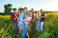 Quattro giovani coppie felici che hanno un partito Immagini Stock Libere da Diritti
