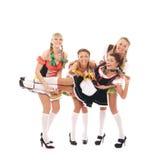 Quattro giovani e donne felici in vestiti bavaresi immagini stock libere da diritti