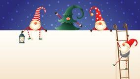 Quattro Gnomi scandinavi svegli di Natale scalano il tabellone per le affissioni facendo uso delle scale Uno nascosto in pino, un fotografie stock libere da diritti