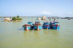 Quattro golette da pesca ancorate alla bocca del fiume di Cai Nha Trang, Vietnam fotografia stock