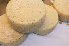 Quattro grandi teste della bugia del formaggio su una tovaglia di tela bianca Tipi differenti di formaggi Prodotto lattiero-casea fotografie stock