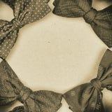 Quattro hanno sistemato i farfallini sul fondo del cartone, con effetto monocromatico supplementare della foto, struttura quadrat fotografia stock libera da diritti