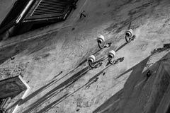 Quattro isolanti elettrici abbandonati della porcellana fotografie stock