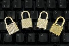 Quattro lucchetti sulla tastiera nera Immagini Stock Libere da Diritti