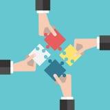 Quattro mani che mettono i puzzle royalty illustrazione gratis
