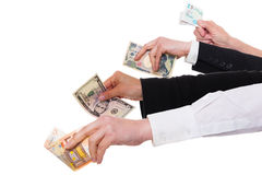 Quattro mani differenti con le valute importanti immagini stock
