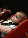 Quattro mesi del neonato in trolli del supermercato per i babyes Fotografia Stock