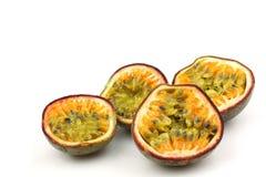 Quattro metà della passiflora commestibile Fotografie Stock