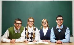 Quattro nerd davanti alla lavagna Immagini Stock