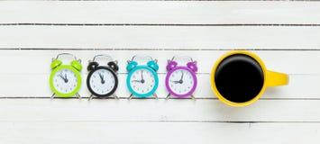 Quattro orologi e tazze fotografia stock libera da diritti