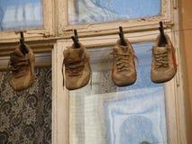 Quattro paia di vecchie scarpe Immagine Stock