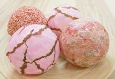 Quattro palle di carta rosa su un vassoio di legno Fotografia Stock