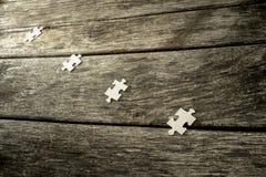 Quattro pezzi in bianco di puzzle che si trovano in una fila Immagine Stock