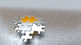 Quattro pezzi d'argento di puzzle tengono un pezzo dell'oro sopra il foro bianco Fotografia Stock Libera da Diritti