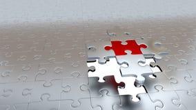 Quattro pezzi d'argento di puzzle tengono un pezzo rosso sopra il foro bianco Fotografia Stock Libera da Diritti