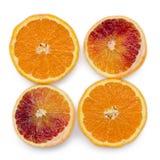 Quattro pezzi di arance sanguinelle e di arance su bianco Fotografia Stock Libera da Diritti