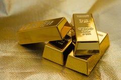 Quattro pezzi di barre di oro fotografia stock libera da diritti