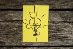 Quattro pezzi gialli di puzzle che sopporta l'immagine di un lig Immagini Stock