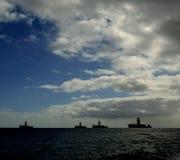 Quattro piattaforme petrolifere nella baia immagine stock libera da diritti
