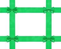 Quattro piccoli nodi verdi dell'arco sul nastro del raso quattro Fotografia Stock