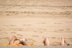 Quattro piedi alla spiaggia fotografia stock libera da diritti