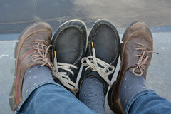Quattro piedi in vostre scarpe fotografia stock