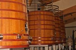 Quattro quercia, barilotto in serie delle vasche di decantazione di vino rosso in Spagna Fotografia Stock Libera da Diritti