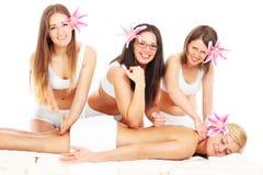 Quattro ragazze e massaggi Immagine Stock