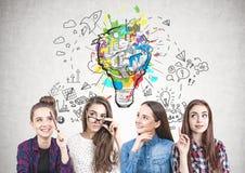 Quattro ragazze teenager che pensano insieme, lampo di genio Immagine Stock