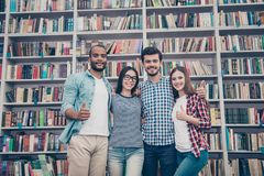 Quattro riusciti giovani celibi attraenti internazionali astuti a Fotografia Stock